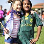 亚的斯亚贝巴国际社区学校的2个女孩肩搭肩合影