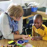 亚的斯亚贝巴国际社区学校的老师辅导学生学习