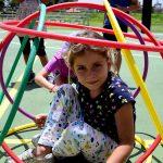 亚的斯亚贝巴国际社区学校的小女孩在游乐场的五彩环里