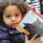 亚的斯亚贝巴国际社区学校的小朋友看故事书