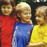 澳大利亚私立学校的3个小朋友拥抱合影