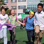 亚太国际学校的学生开心的奔跑