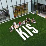 韩国国际学校板桥校区的学生坐在学校logo后