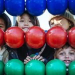 首尔国际学校的学生在蓝、红、绿的玻璃球后