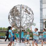 UWC东南亚的学生围绕着地球雕塑