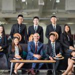 曼谷哈罗国际学校的学生和校长合影