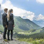 博苏蕾高山学院的学生看着远处的山