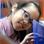 河内英国越南国际学校的学生在图书馆找书