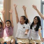 胡志明市英国越南国际学校的学生们举起双手
