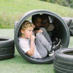 楚格和卢塞恩国际学校的学生坐在轮胎圈里