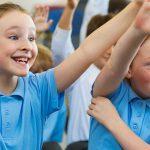 瑞士KSI国际学校的小学生在举手