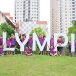 奥林匹亚学校的学生在学校校名前合影