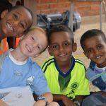 阿斯马拉国际社区学校的学生们对着镜头微笑