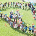 布拉柴维尔美国国际学校的学生排成非洲地图形状