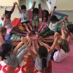 班珠尔美国国际学校的学生围坐成一圈,举起双手