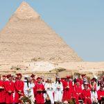开罗美国学校的学生在金字塔前