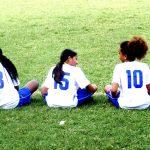 林肯社区学校的学生穿着运动服坐在草坪上