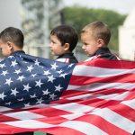 斯坦福美国国际学校的学生身披美国国旗